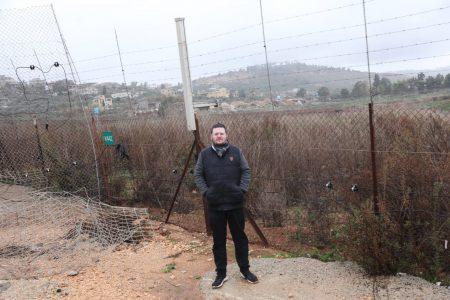 בודק גבולות. כתב משפחה ומאחוריו בתי הכפר הלבנוני אל-כילה